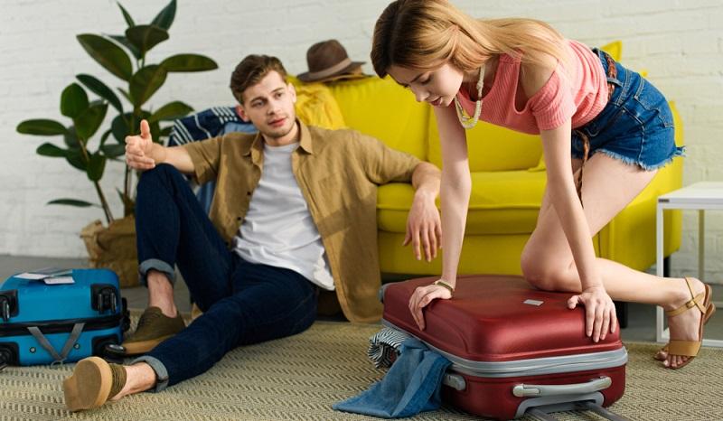 Sollte der Koffer des Partners aus allen Nähten platzen, darf man aber ruhig seine Hilfe beim Schließen anbieten. So startet man zumindest perfekt in den Urlaub.