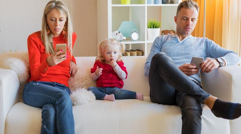 Mutter und Vater sind Vorbilder. Das sollten Sie sich bewusst machen und immer daran denken, dass das Kind Sie nachahmen wird. (Fotolizenz: Shutterstock- Kaspars Grinvalds