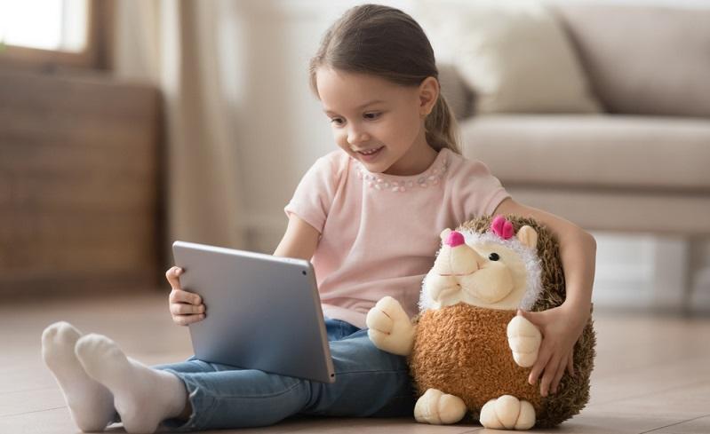 Wohl fast alle Eltern kämpfen mit dem Medienkonsum der Kinder. (Fotolizenz: shutterstock_fizkes )