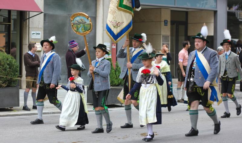 Oktoberfest, zweiter Tag: Man trägt die Isartaler Tracht auf dem größten Volksfest der Welt