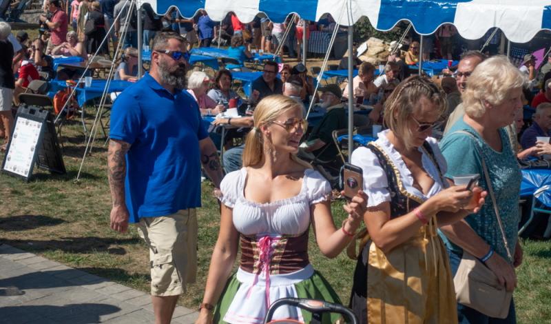 Shepherdstown, West Virginia: Original bayerische Tracht gehört auch in Übersee dazu