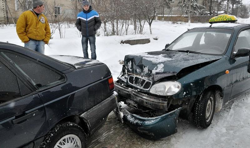 Bei Reisen mit dem Auto kann es schnell gehen und ein Unfall passiert. (Foto-Shutterstock: Orest lyzhechka)