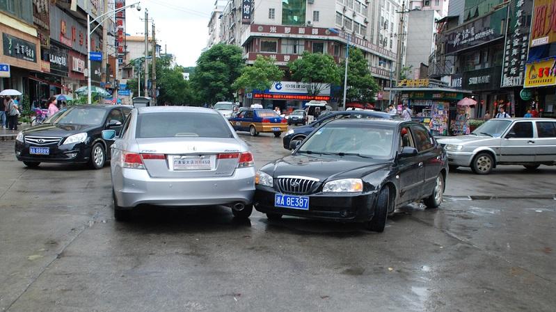 Wenn Sie mit dem Auto reisen und es kommt zu einem Unfall im Ausland, reagieren Sie nicht panisch und kopflos. Das oberste Gebot lautet jetzt: Ruhe bewahren! (Foto-Shutterstock- _Drevs)