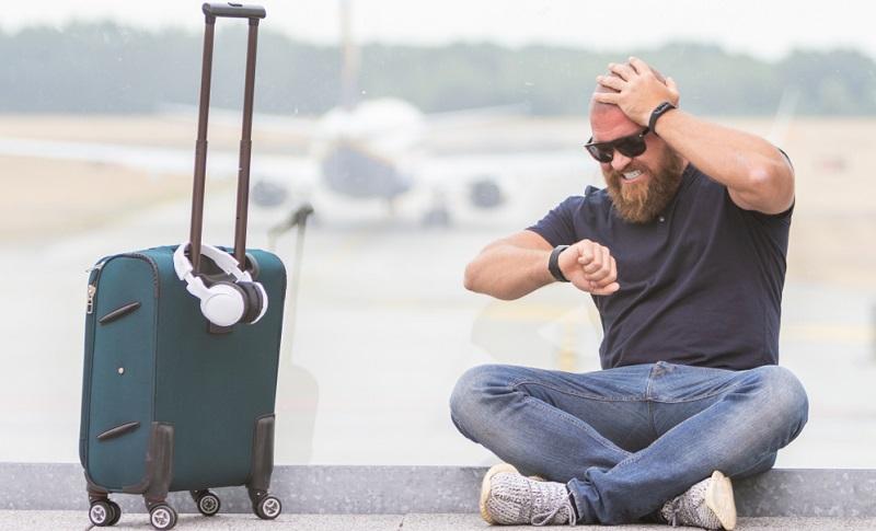 Wird aufgrund der Flugverspätung dann sogar ein Anschlussflug verpasst, gerät die gesamte Urlaubsplanung in Gefahr. ( Foto: Shutterstock-_Alina Rosanova  )