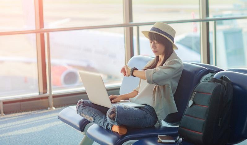 Fluggäste haben auch dann, wenn sie das Ticket bei einer günstigen Fluggesellschaft wie LaudaMotion gekauft haben, den vollen Anspruch auf die Entschädigung laut Fluggastrechteverordnung. ( Foto. Shutterstock- Iam_Anupong_)