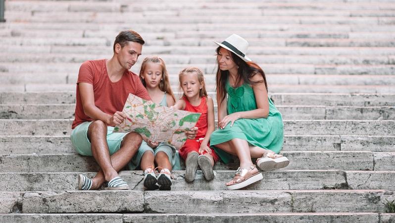 Der Urlaub mit Kind wird deutlich entspannter, wenn bereits von vornherein feststeht, welche Sehenswürdigkeiten besichtigt werden sollen.  ( Foto: Shutterstock- _TravnikovStudio )