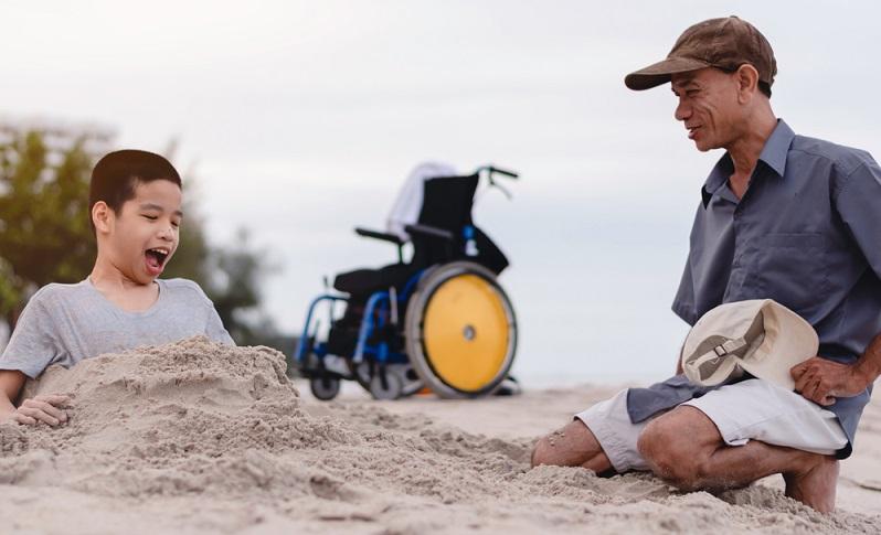 Für Eltern, deren Kind behindert ist, stellt der Urlaub eine besondere Herausforderung dar.   ( Foto: Shutterstock- AnnGaysorn _)