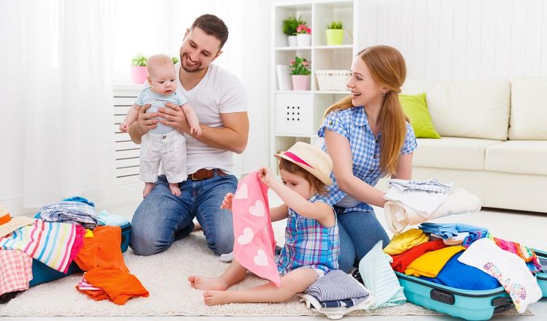 In erster Linie richtet sich die Kleidung nach dem Alter des Kindes und nach dem Wetter( Foto: Shutterstock- pyrozhenka )