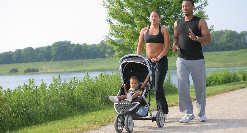 Schon in der Schwangerschaft bist du wahrscheinlich häufiger unterwegs gewesen und hast dabei bewusst auf ein langsames Tempo gesetzt. Ist dein kleiner Schatz auf der Welt, könnt ihr zusammen neue Wege erkunden.   ( Foto: Shutterstock-  Flashon Studio )