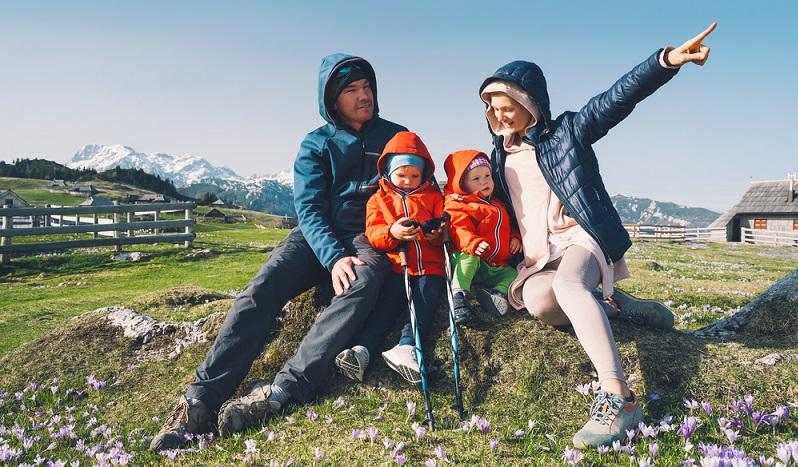 Kinder bewegen sich gern draußen und das unabhängig von Kälte oder Wärme. Warum dann nicht zu Silvester wandern gehen? ( Foto: Shutterstock- Natalia Deriabina)
