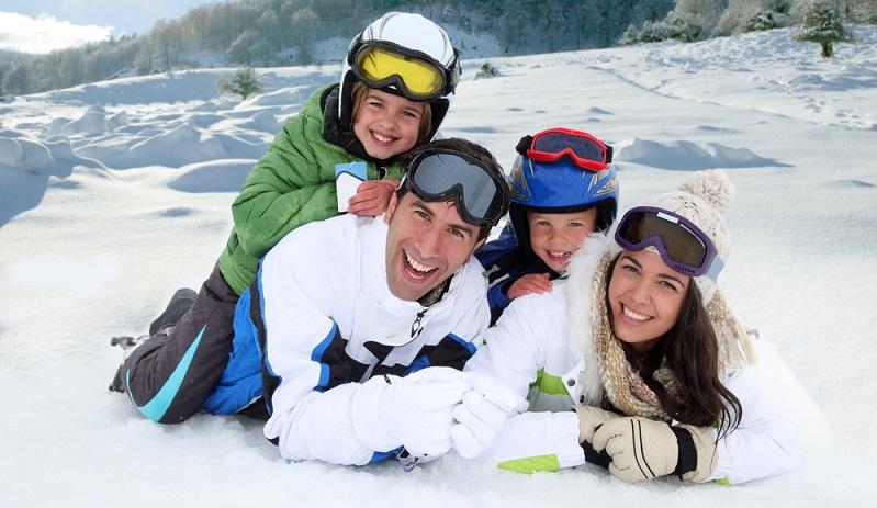 Im Schnee braucht man andere und meist auch viel mehr Sachen als im Winter. (Foto: Shutterstock-goodluz)