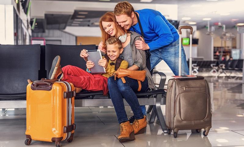 Bei Urlaubsreisen mit dem Flieger unbedingt auf das Gewicht des Handgepäcks achten. ( Foto. Shutterstock-Olena Yakobchuk )