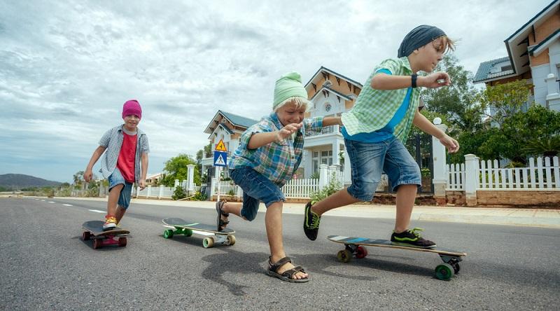 Ein Longboard für Kinder sollte zwischen 90 und 100 cm lang sein. Für Kinder unter einem Meter Körpergröße sollte das Deck 16,5 bis 17 cm breit sein.  (Foto: Shutterstock-Wallenrock )