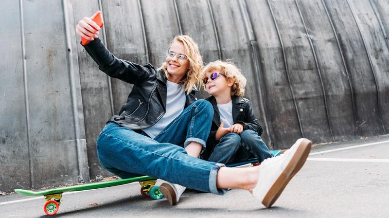 Das Longboard ist besser für längere Distanzen geeignet, außerdem ist der Skater damit schneller unterwegs.  (Foto: Shutterstock- LightField Studios)