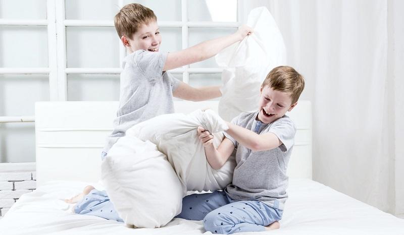 Die Jungs, die zur Übernachtungsparty eingeladen wurden, möchten vielleicht gern cool sein und kommen aus diesem Grund auf die verrücktesten Ideen.(Foto: Shutterstock-Valentsova  )