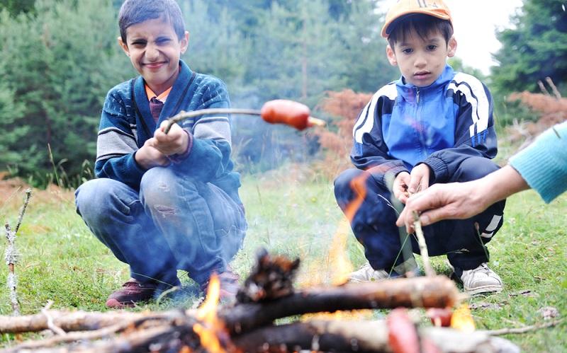 Grillwürstchen am Lagefeuer, eine tolle Idee für einen Bubenabend. (Foto: Shutterstock-Zurijeta )
