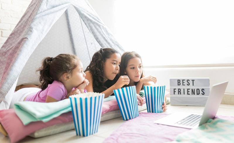 Das Nachtlager ist auch ein Grund, warum zur Übernachtungsparty Mädchen kommen sollten, die ähnliche Einstellungen und Vorlieben haben (Foto: Shutterstock-antoniodiaz)