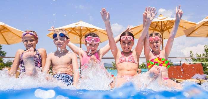 Nach dem Urlaub im eigenen Garten – den Pool und die Spielgeräte winterfest machen (mit Checkliste!) ( Foto: Shutterstock-YanLev)